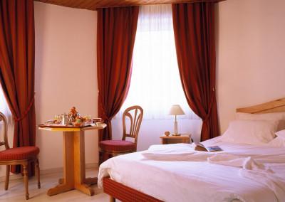 Au-Bois-le-Sire-Orbey-chambre-rideaux-rouges