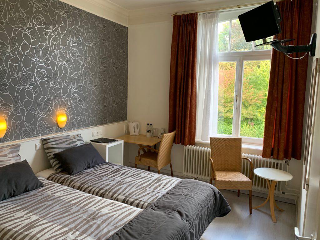 kamer 2 - bed raam open LSc